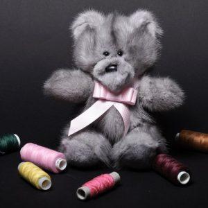 Дизайнерские игрушки из меха медведь серый с бантиком