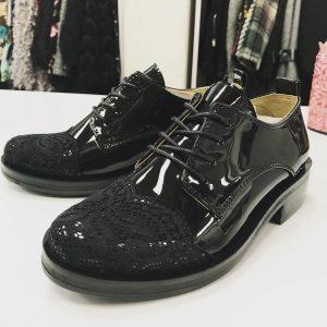 Женские лаковые туфли с кружевным носком