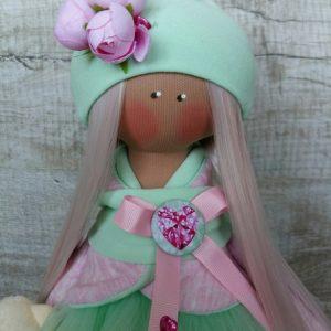 Дизайнерская кукла ручной работы в берете с цветами