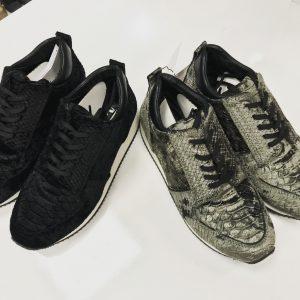 Женские кроссовки черные рептилия