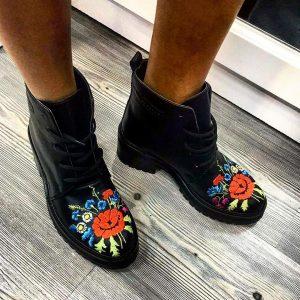 Женские ботинки с вышивкой