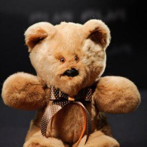 Дизайнерские игрушки из меха медведь коричневый с бантиком