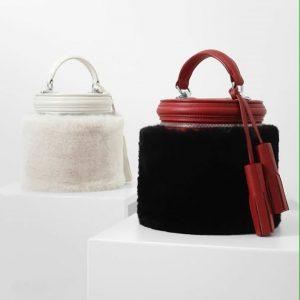 Женская сумка бочонок бордовая черный мех
