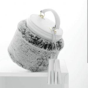 Женская сумка бочонок белая с натуральным мехом