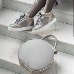 Женская сумка круглая серая с кисточками