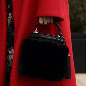 Женская сумка с кисточками черная