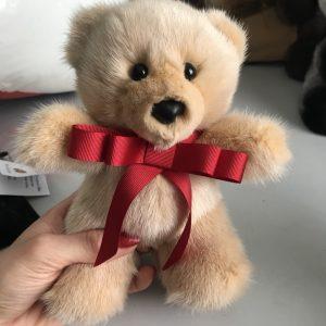 Игрушка из меха медведь бежевый с красным бантиком