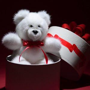 Игрушка из норки медведь белый с бантиком красным