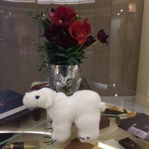 Игрушка из норки мишка белый полярный