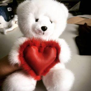 Игрушка из норки мишка белый с сердцем красным