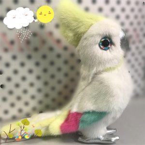 Игрушки из меха попугай белый с желтым хохолком