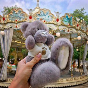 Игрушка из меха мишка Тедди ручной работы лавандовый в футболке