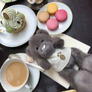Игрушка из натурального меха мишка Тедди серый на завтраке