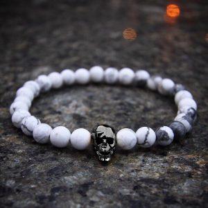 Мужские браслеты из камней белого говлита «FACETED SKULL | Howlite»