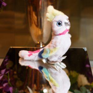 Интерьерная игрушка попугай белый из меха 000.911