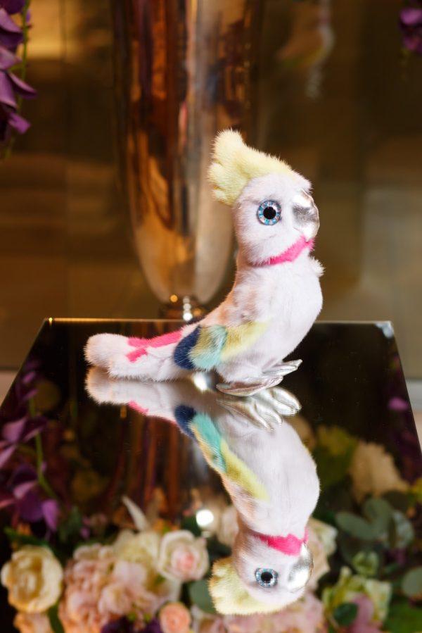 Интерьерная игрушка попугай белый из меха 000.911 фото