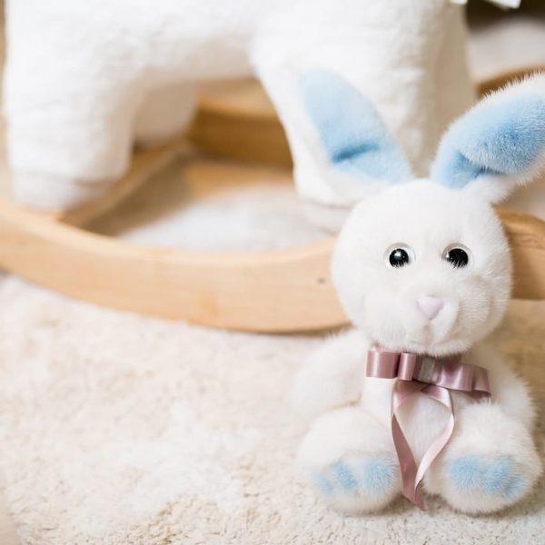 Интерьерная игрушка заяц белый из меха 000.900 фото
