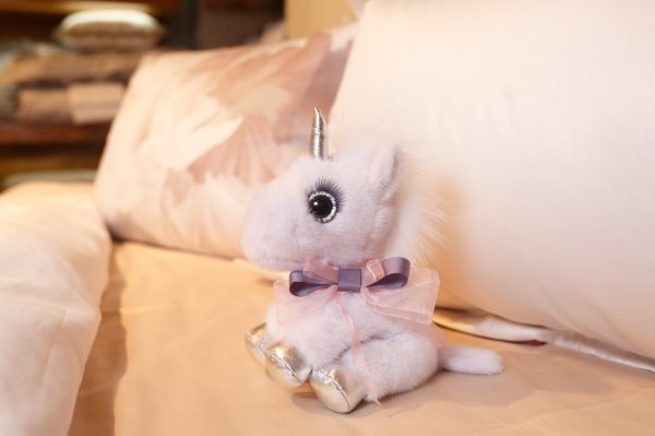 Интерьерная игрушка единорог розовый из меха 000.898 фото