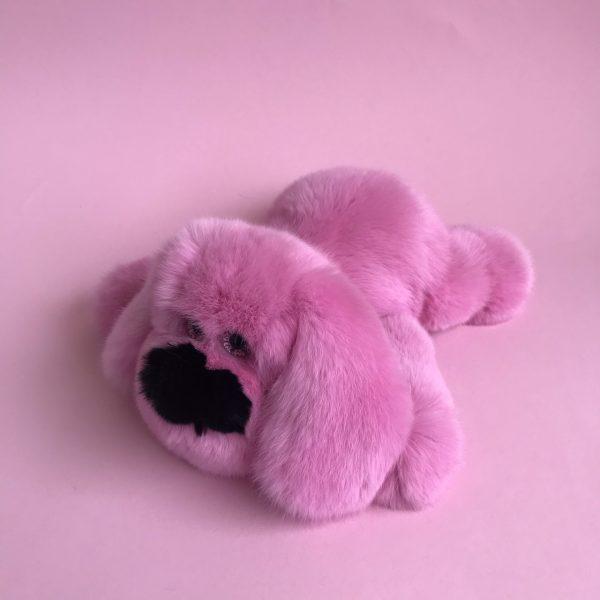 Интерьерная игрушка собака розовая из меха 000.902 фото