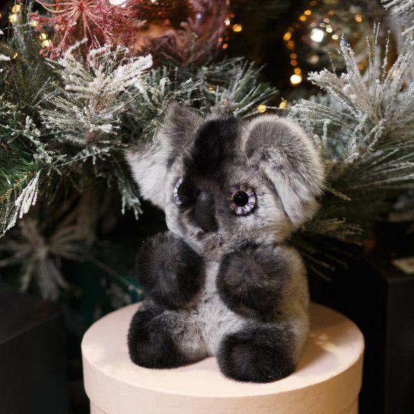 Интерьерная игрушка коала из меха 000.893 фото